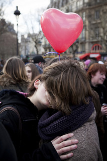 Embrasser, aimer, coeur rouge