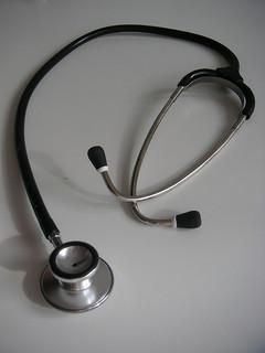 Chacun son métier, le thérapeute accompagne, le médecin soigne. L'un guérit, l'autre évite de tomber malade. Par ernstl
