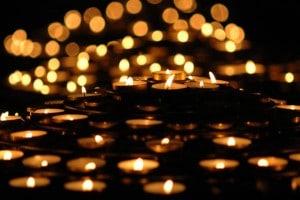 Si chacune apporte une lampe, la lumière se diffuse et le lieu, jusque là lugubre, devient avenant, modifiant ainsi l'ambiance générale.